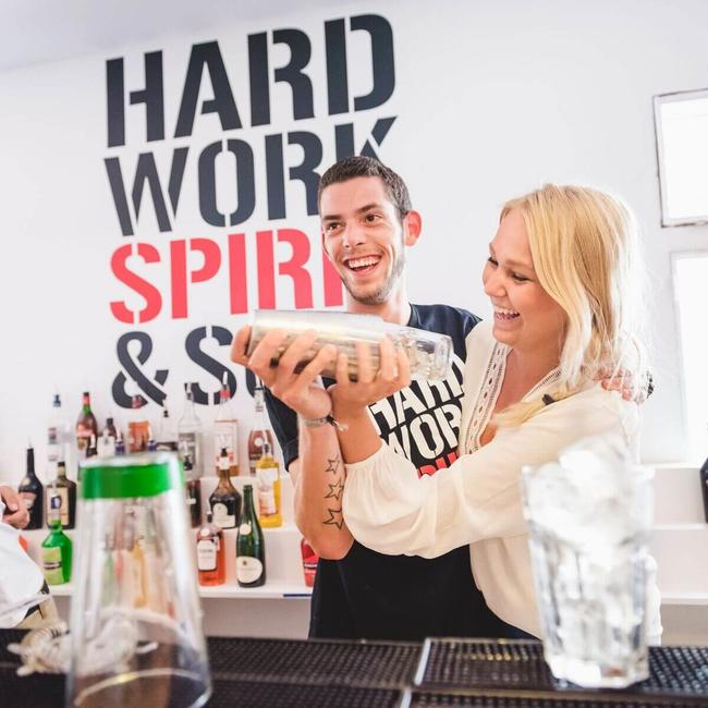 two students laugh during the bartender course