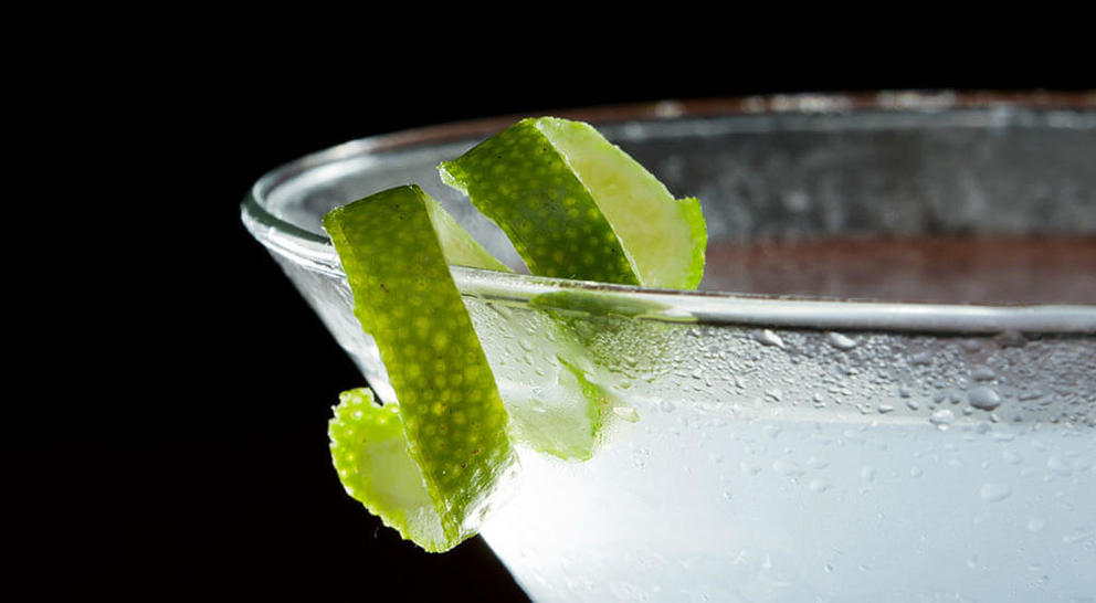 the-gimplet-cocktail-with-lime